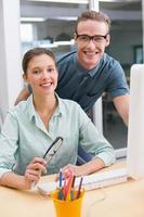 glada avslappnade fotoredigerare på kontoret foto