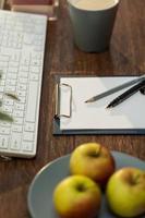 saftiga äpplen på arbetsplatsen foto