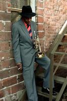 trumpetspelare röker foto