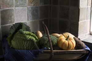 vintergrönsaker i trug foto