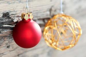 julgranskulor på trä som julbakgrund foto