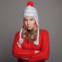 vacker kvinna som bär vinterkläder. foto