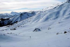 berg med snö på vintern, foto