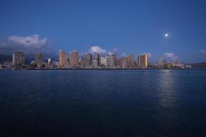 Honolulu horisont med strandpromenaden vid solnedgången, Hawaii foto