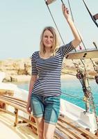 ung vacker kvinna på motorbåten. foto