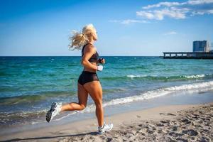 springande kvinna foto