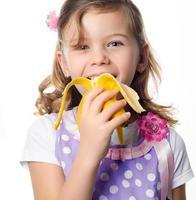 tjej som äter banan foto