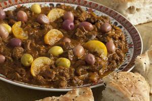 maträtt med traditionell marockansk douara foto