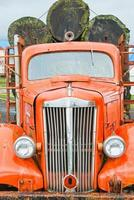gammal timmerbil med douglasgranar