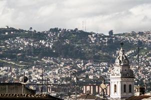 torn i santo domingo-kyrkan i södra kolonial quito ecuador foto