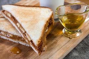 banansmörgås med jordnötssmör foto