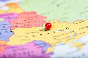 röd tryckstift på karta över Ukraina