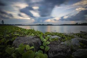 blå timme sjö foto