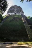 post mayan ruiner vid tikal, nationalpark. resande guatemala. foto