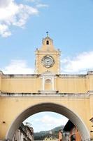 antigua, guatemala: arch of santa catalina, en stadsikon foto