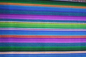 färgglada guatemala mayan textilier på antigua marknaden