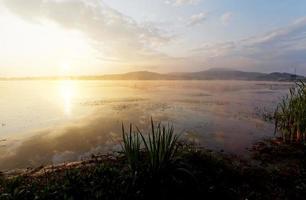 vacker sjö, morgon foto