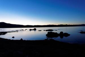 gryning i mono lake foto