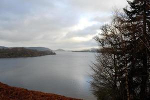 vintervy av ullswater i sjöområdet foto