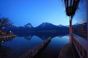 st. wolfgangsee i österrike på natten foto