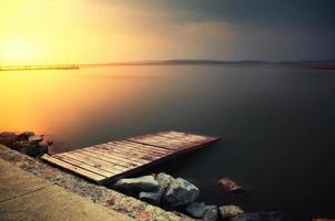 solnedgång pir sjön foto