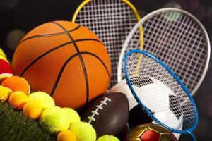 diverse sportutrustning och gräs