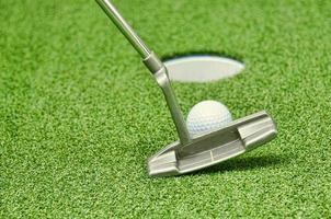 golfare som tappar in. foto