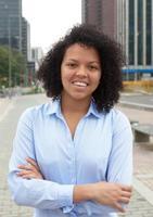 spansktalande kvinna i staden med korsade armar foto