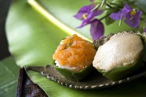 thailändsk efterrätt på gyllene tallrik foto