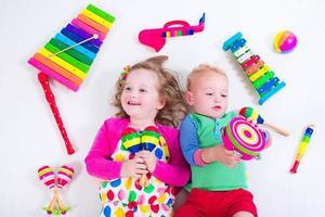 söta barn med musikinstrument. foto