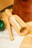 guiro på träplatta och ark med musik