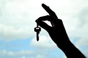 nyckel i handen foto
