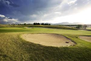 golfbana i steniga berg foto