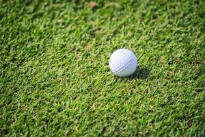 golfboll på gräs foto