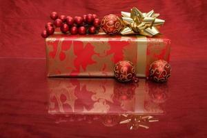 julklapp med prydnad och järnek foto