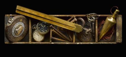 antik låda med verktyg foto