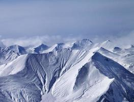 snöiga berg i dimma foto