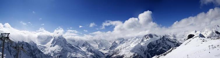 panoramautsikt över skidbacken i fin soldag foto