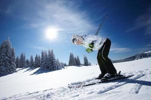ung kvinna skidåkning foto