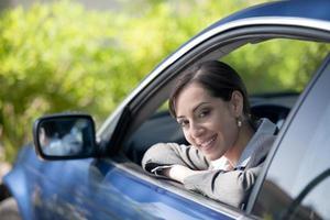 vacker affärskvinna i sin bil foto