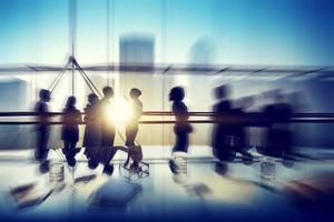silhuetter av affärsmän brainstorming på kontoret foto