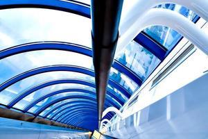 modern futuristisk korridor på flygplatsen foto