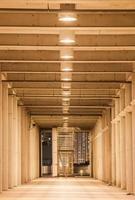 perspektiv på korridoren i den moderna kontorsbyggnaden foto