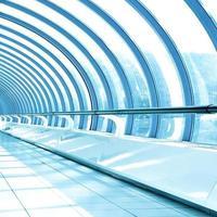 glänsande tak i ren hall foto