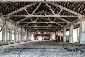 tomt industriloft i en arkitektonisk bakgrund foto