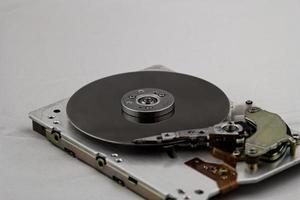 öppen datorhårddisk på vit bakgrund foto