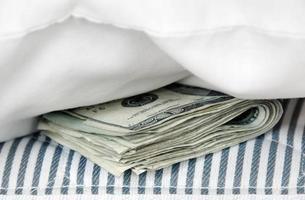 pengar i madrassen foto