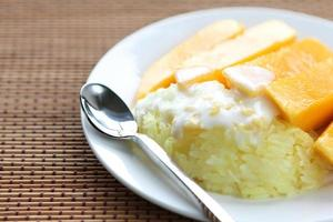söta klibbiga ris med mango foto