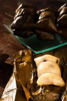 klibbigt ris med banan ångad och svart kaffe foto