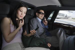 affärsmän inuti limousin foto
